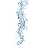 Spruzzata e cubetti di ghiaccio dell'acqua Immagini Stock Libere da Diritti