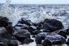 Spruzzata e pietre di Wave Fotografie Stock Libere da Diritti