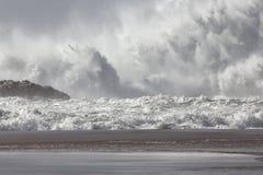 Spruzzata enorme dell'onda del mare fotografia stock libera da diritti