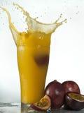 Spruzzata fresca del succo del frutto della passione Fotografie Stock