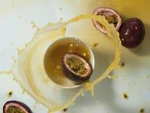 Spruzzata fresca del succo del frutto della passione Fotografia Stock