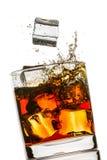Spruzzata in un vetro di whisky Immagine Stock