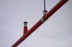 Spruzzatore automatico del fuoco nel sistema rosso della tubatura dell'acqua Immagini Stock