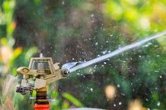 Spruzzatore automatico del prato inglese del giardino nell'erba d'innaffiatura di azione Concetto verde del fondo della natura Fotografia Stock Libera da Diritti