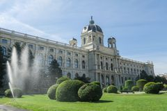 Spruzzatore dell'acqua davanti ad Art History Museum su Maria-Theresie immagine stock libera da diritti
