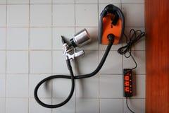 Spruzzatore elettrico con la parete di legno immagine stock libera da diritti