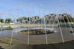 Spruzzatori in funzione della fontana rotonda Fotografia Stock Libera da Diritti