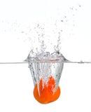 Spruzzatura arancio in acqua Fotografie Stock Libere da Diritti
