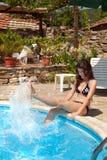 Spruzzatura dell'acqua al poolside Fotografie Stock
