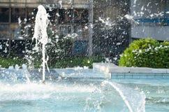 Spruzzatura dell'acqua in fontana della città Fotografia Stock Libera da Diritti