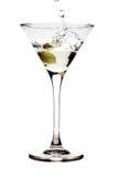 Spruzzatura dell'oliva in un vetro del martini Immagine Stock