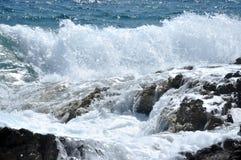 Spruzzatura dell'onda del mare Fotografie Stock Libere da Diritti