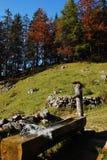 Spruzzatura della montagna della fontana fotografie stock libere da diritti