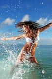 Spruzzatura di modello di forma fisica nell'oceano fotografia stock