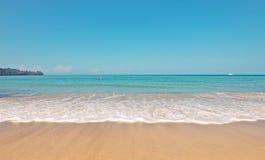 Spruzzatura o onda dell'acqua di mare sulla spiaggia di sabbia Fotografia Stock Libera da Diritti