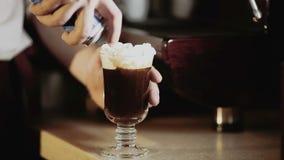 Spruzzi crema montati su caffè archivi video