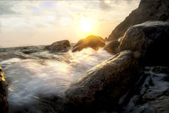 Spruzzi di mare su una scogliera Fotografia Stock