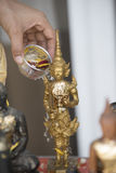Spruzzi l'acqua su un'immagine di Buddha, fondo di stagione Immagine Stock