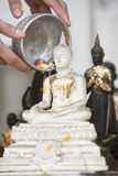 Spruzzi l'acqua su un'immagine di Buddha, fondo di stagione Fotografia Stock Libera da Diritti
