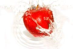 Spruzzi-serie: mela rossa 1 fotografia stock libera da diritti