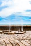 Spruzzi verticali dell'acqua di mare che passano attraverso i canali sotterranei Immagine Stock