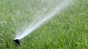 Spruzzo automatico di irrigazione del giardino fotografia stock