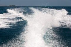 Spruzzo d'acqua dal retro della barca di velocità Fotografia Stock