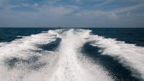 Spruzzo d'acqua spumoso dal retro della barca di velocità Fotografia Stock Libera da Diritti