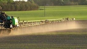 Spruzzo del campo di agricoltura con diserbante Il movimento lento tenuto in mano 100fps segue il colpo video d archivio