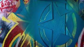 Spruzzo della stella dipinto sulla parete dei graffiti stock footage