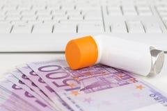 Spruzzo di asma, tastiera e 500 euro note Immagine Stock Libera da Diritti