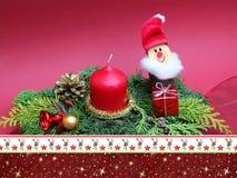 Spruzzo Handcrafted di natale con il nano e la candela, confine christmassy Immagine Stock
