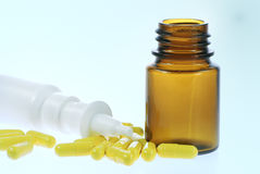 Spruzzo nasale e capsule Fotografia Stock Libera da Diritti