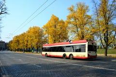 Spårvagn i Vilnius stadsgata på Oktober 12, 2014 Arkivfoton