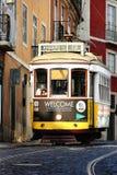 Spårvagn på den Lissabon gatan Arkivfoton