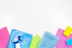 Sprzątanie, housekeeping, gospodarstwo domowe, czyści usługowy pojęcie Butelka detergent, łachmany i gąbki na białym tle, zdjęcie stock