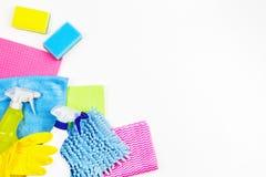 Sprzątanie, housekeeping, gospodarstwo domowe, czyści usługowy pojęcie Butelki detergent, gumowe rękawiczki, łachmany i gąbki, da zdjęcie stock
