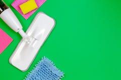 Sprzątanie, housekeeping, gospodarstwo domowe, czyści usługowy pojęcie Czyści kiść kwacz z łachmanami i gąbkami na zieleni fotografia royalty free
