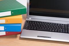 Sprząta biurowego biurko z laptopem i brogować falcówkami fotografia royalty free