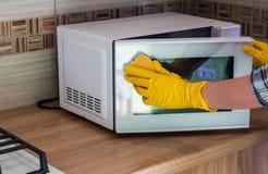 Sprzątanie - czyścić kuchnię Obrazy Royalty Free