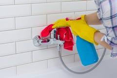 Sprzątanie i domowy styl życia Kobieta robi obowiązek domowy w łazience w domu, czyścić obmycie basen i klepnięcie z kiść deterge Fotografia Stock