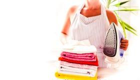 sprzątanie, pralnia i housekeeping pojęcie, - zamyka up kobieta z żelazem zdjęcia stock
