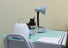 Sprzęt medyczny w szpitalnym gabinecie obrazy stock