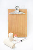 Sprzęt medyczny z pustą drewnianą deską dla wiadomości Obraz Stock