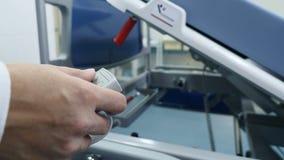 Sprzętu medycznego pojęcie położniczy dział Doręczeniowy pokój w nowożytnej macierzyńskiej klinice Żeński ręki dosunięcia guzik zdjęcie wideo
