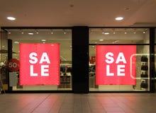 Sprzedaż znak pięćdziesiąt procentów z znaka na sklepu przodzie obraz stock