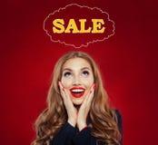 Sprzedaży pojęcie z szczęśliwą zdziwioną kobietą na czerwonym tle Piękna dziewczyna z czerwonym wargi makeup i tęsk kędzierzawy f zdjęcia stock