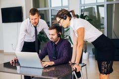 Sprzedaż asystenci pracuje z komputerami w biurze fotografia stock