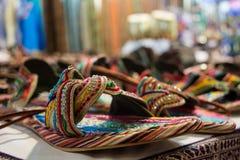 sprzedaż barwioni sandały przy afrykanina sklepem Zdjęcie Royalty Free