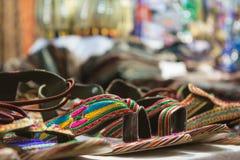 sprzedaż barwioni sandały przy afrykanina sklepem Obrazy Stock